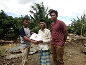 Penyerahan untuk warga yang kehilangan rumah di Empang