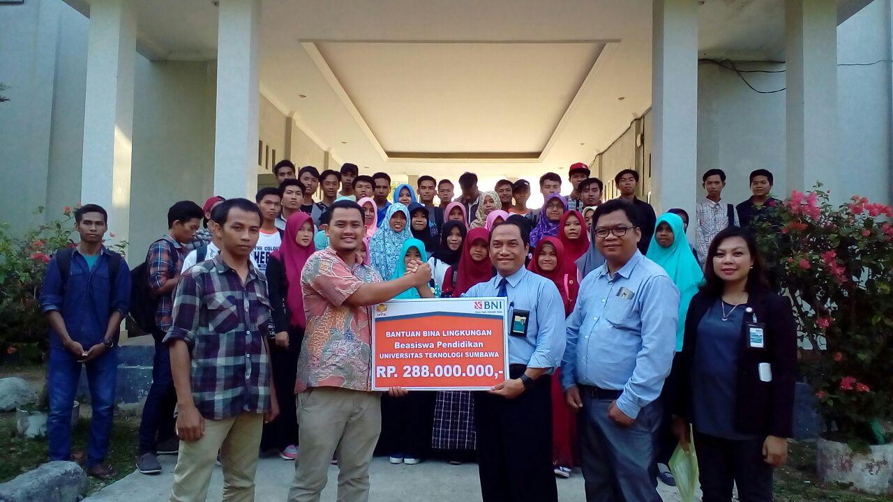 BNI KCP- Sumbawa Berikan Beasiswa Pendidikan UTS